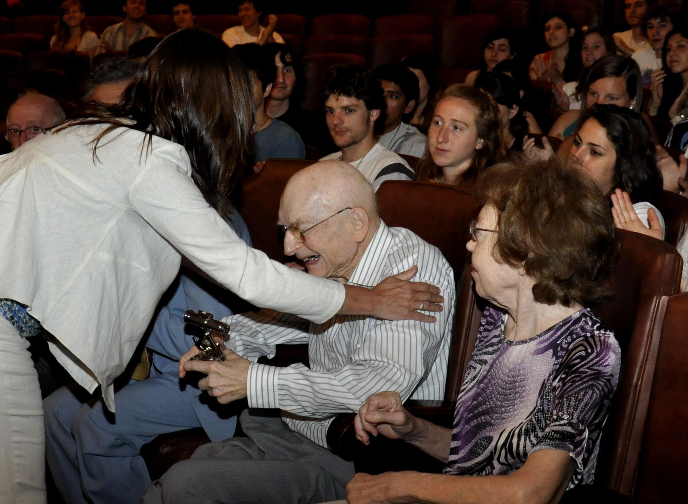 Entrega de Premio a Victor Haar por Carolina Scotto