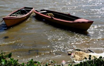 Botes en la rivera del río
