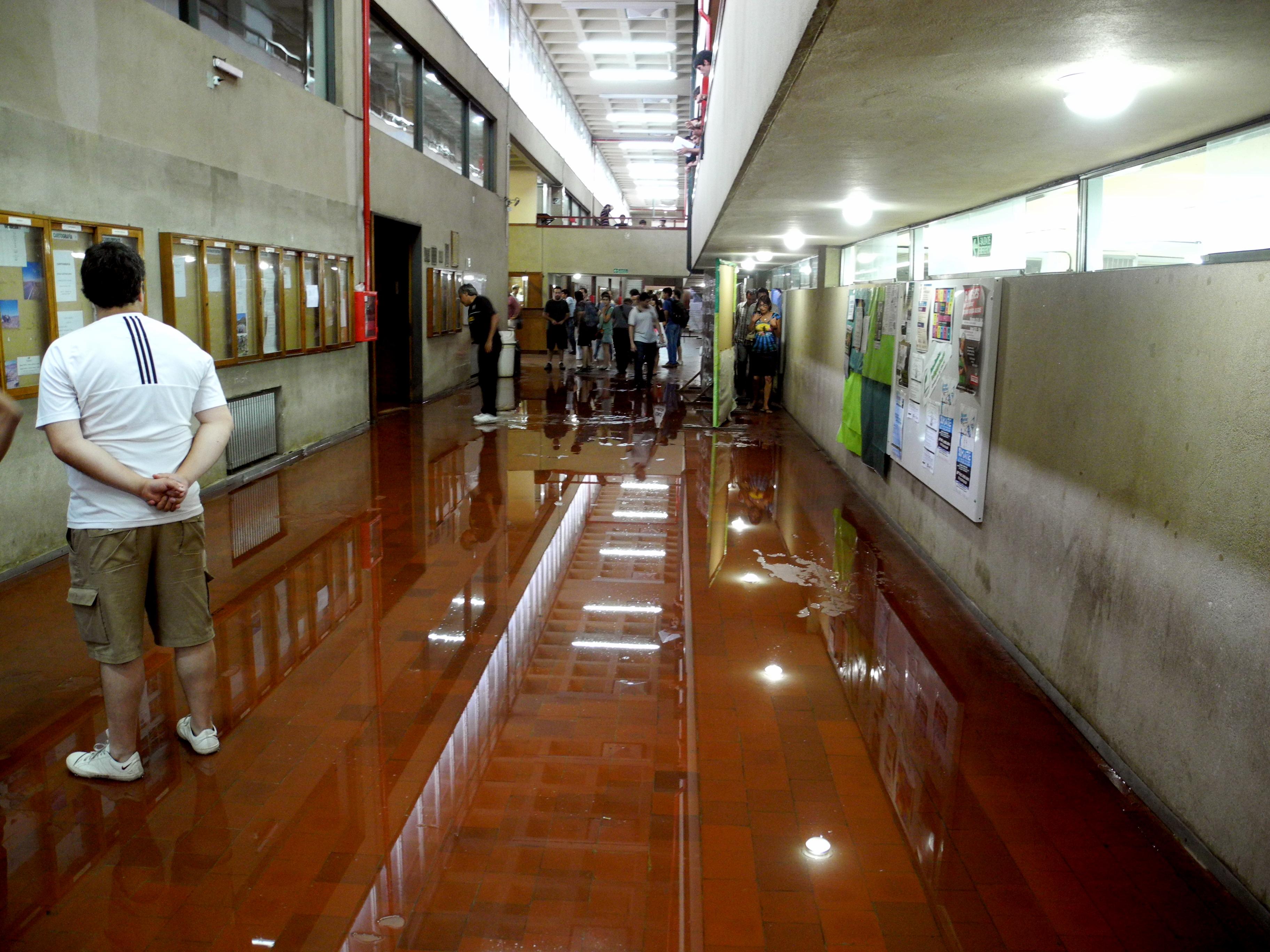 Inundación en el pasillo por la tormenta