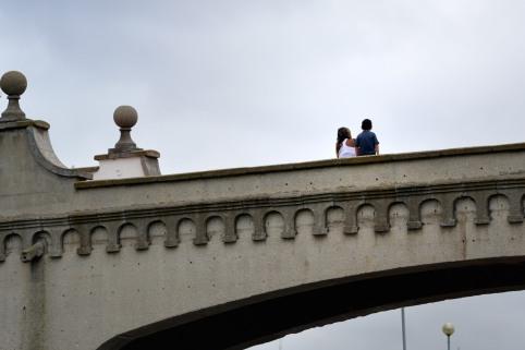 Chicos en el puente del Torreón del Monje