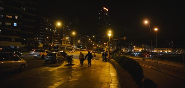 Caminando de noche por la costa