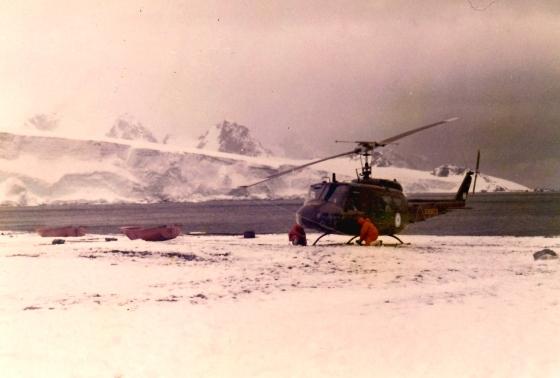 Helicóptero sobre el hielo antártico.