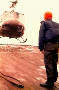 Helicóptero aterrizando en la cubierta del Q4