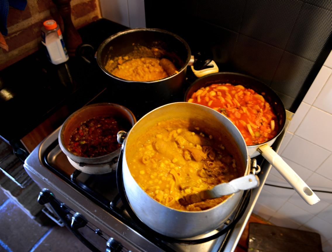 Hoyas de locro, locro completo, salsa picante y buseca.
