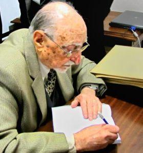 Bartaburu  autografiando el libro a los presentes.