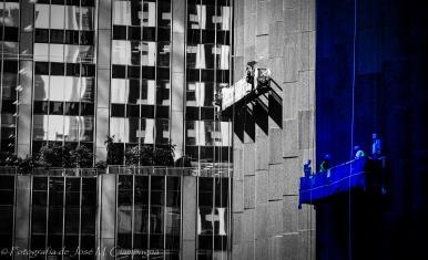 Fotografía de trabajadores aéreos sacada desde el interior del MoMA