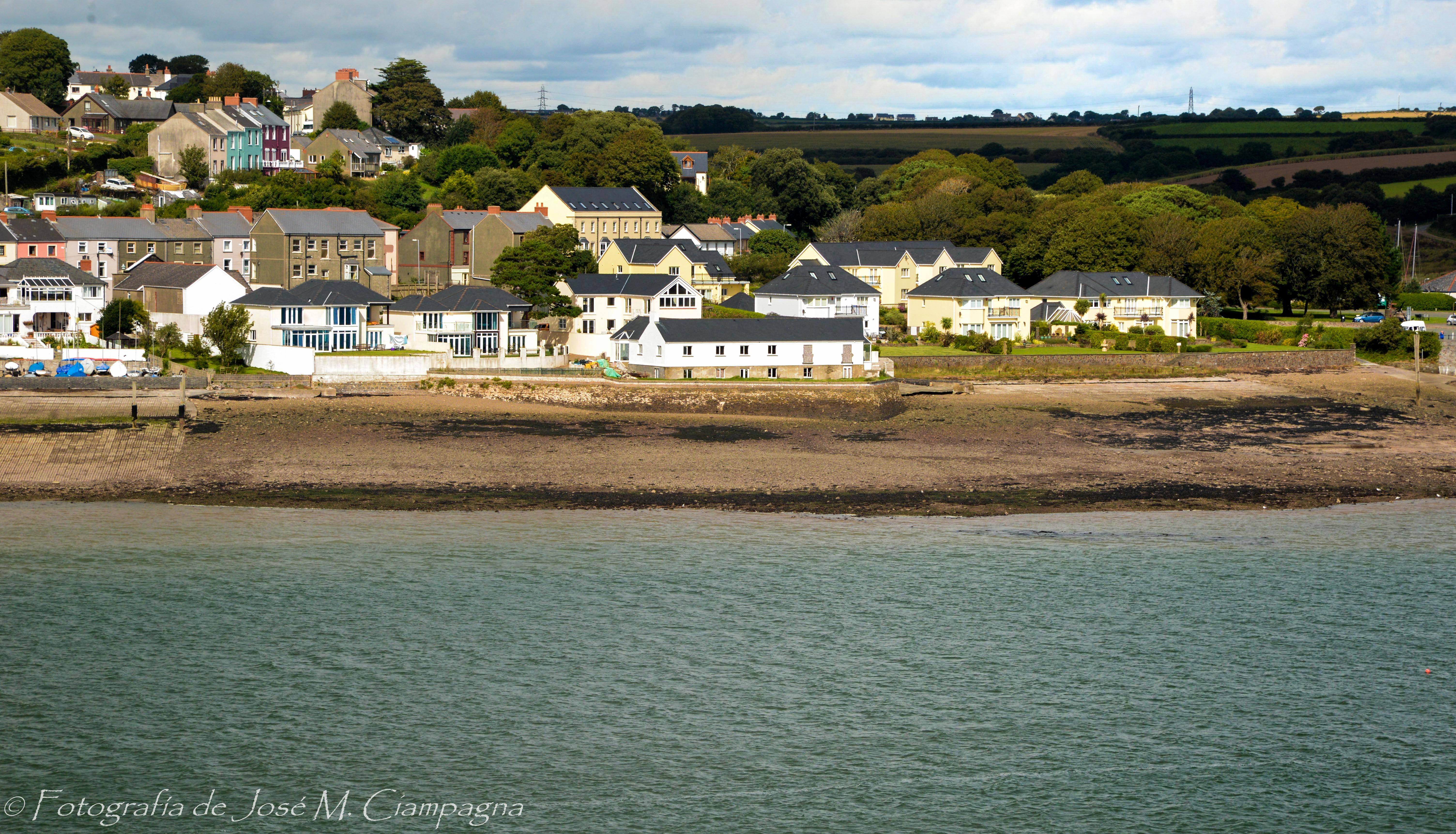 Casas blancas en la costa