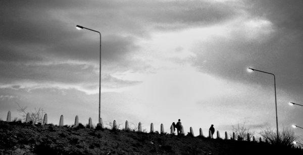 Volviendo al hotel por la autopista,de tarde, había poca luz, se encendían las farolas. Ellos volvían también a su casa.