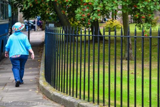 Turista en las calles de Edimburgo