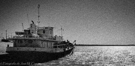 Barco en el Puerto de Villa Constitución, Santa Fe, Argentina