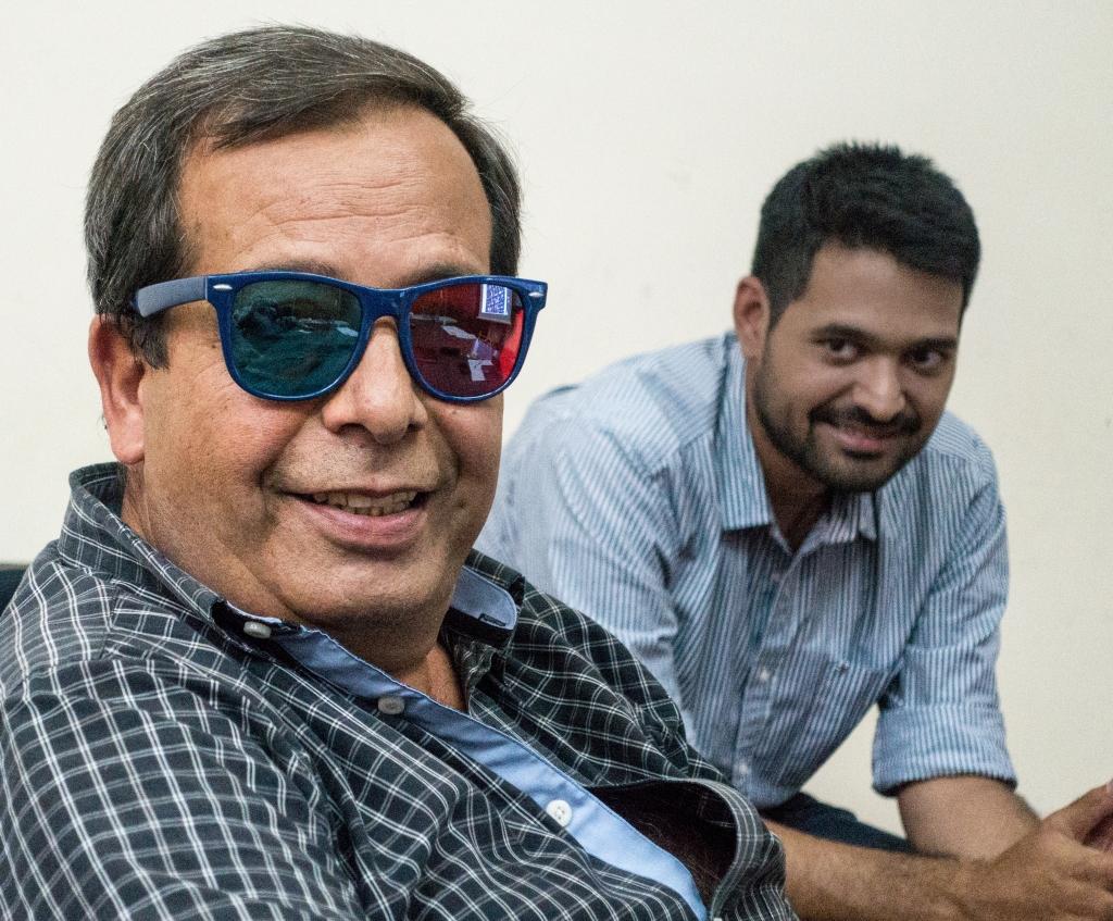 El profesor de la cátedra de trabajo final, Ing. Tito Bosch, probando los anteojos estereoscópicos.