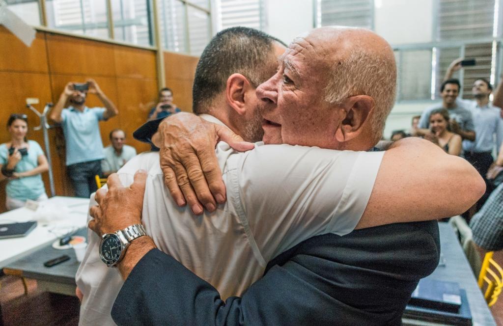 Hernán Hoyos abrazado con su padre. Había un nuevo colega en la familia.