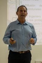 Javier Isola exponiendo su trabajo