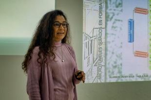 Paola Ruiz exponiendo su trabajo