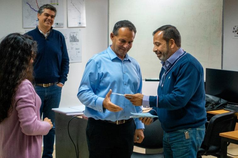 Tito Bosch entregando la libreta a Javier y Paola