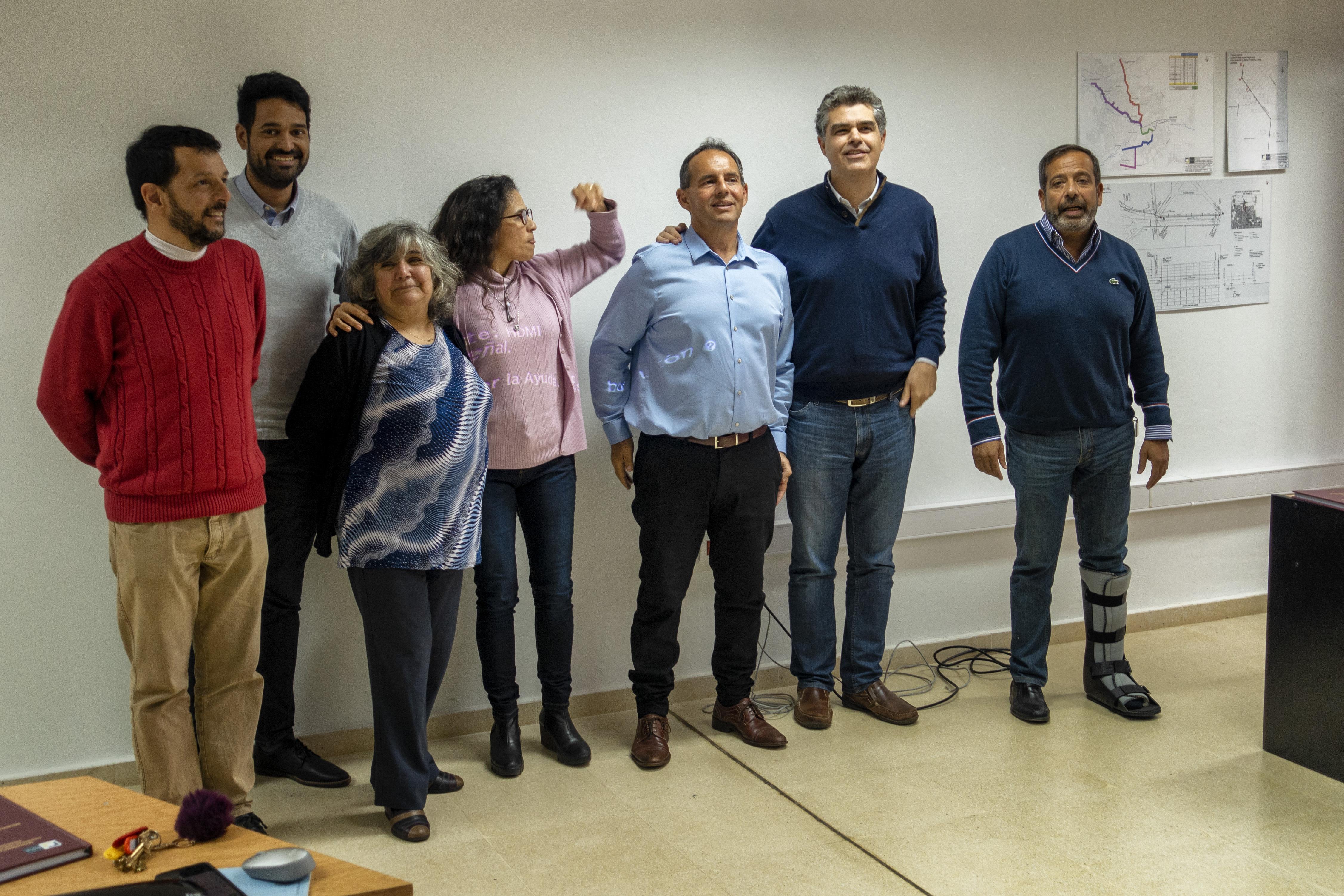El equipo docente de la UNC junto a Paola y Javier